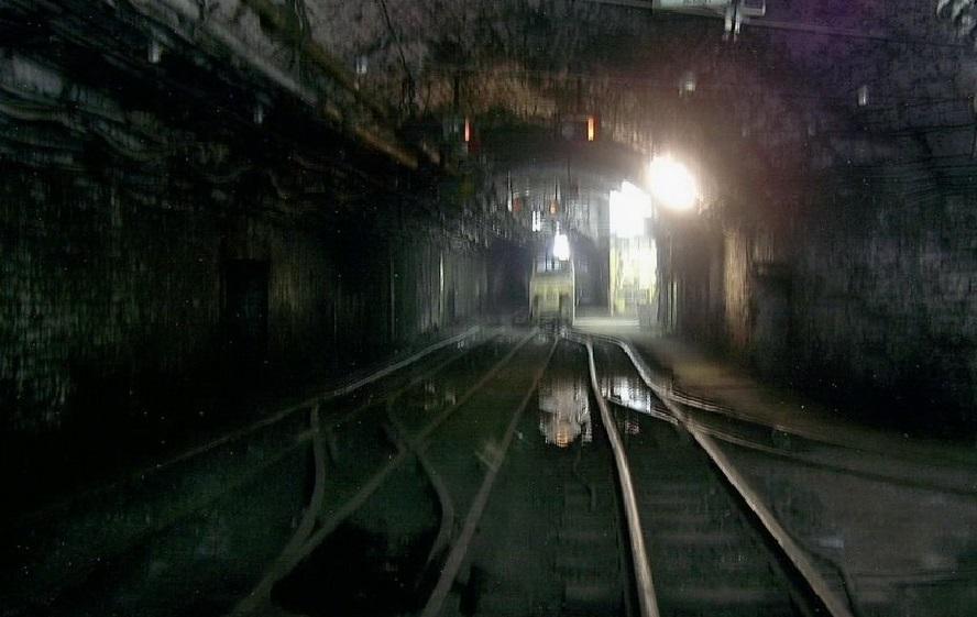 Czterech górników doznało obrażeń ciała. W czasie, gdy doszło do wstrząsu, przebywali oni kilometr pod ziemią.
