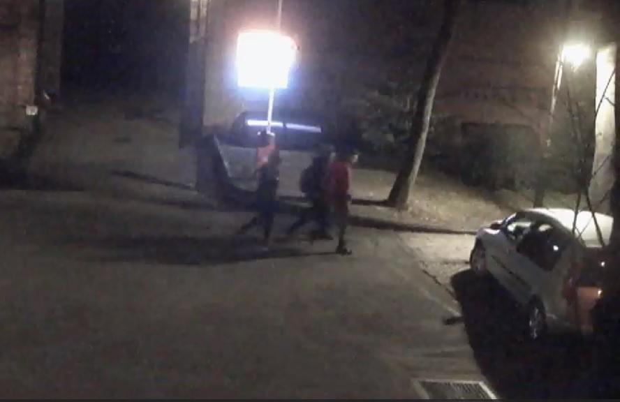 Opublikowano nagranie kamer monitoringu. Widać na nim wandali, którzy zdewastowali Kalwarię Panewnicką.