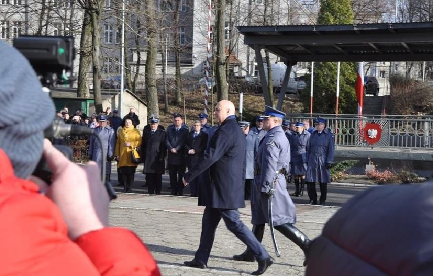 Minister spraw wewnętrznych pół godziny spóźnił się na ślubowanie nowych policjantów w Katowicach. Przyczyna? Po drodze został zatrzymany przez drogówkę za przekroczenie prędkości.