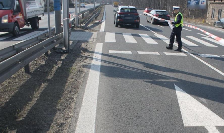 Samochód najechał na pieszą, gdy przechodziła po pasach. Kobieta zmarła a eksperci badają, z jaką prędkością auto się poruszało i czy kierowca usiłował hamować.