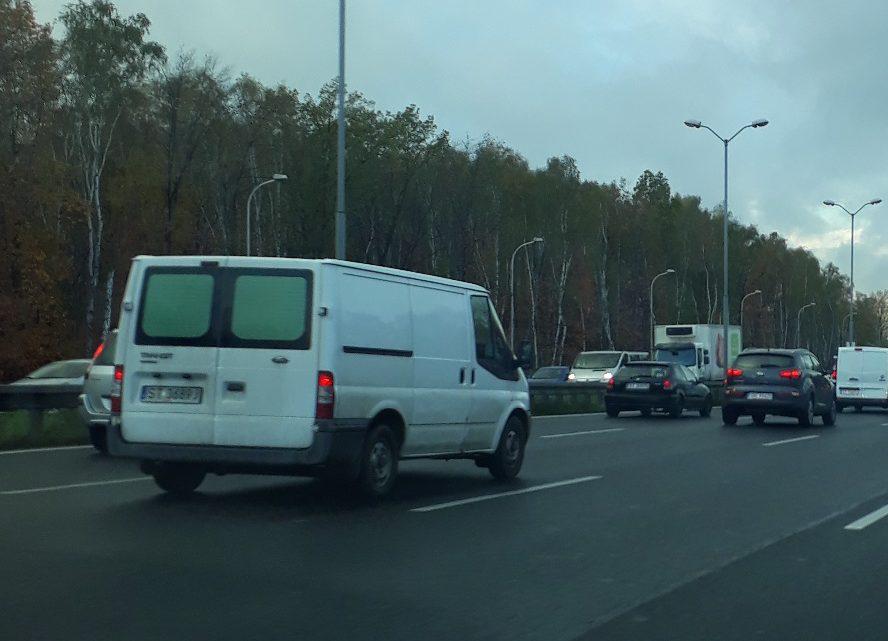 Praktyki totalitarne na drodze? Do katowickiego sądu trafił wniosek o wyłączenie urządzeń kontrolujących czy kierowcy przekraczają dozwoloną prędkość.
