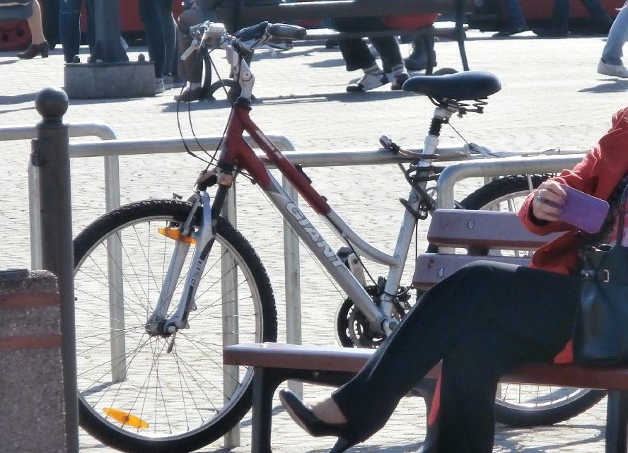 Czołowe zderzenie rowerzystów. Kobieta trafiła do szpitala.