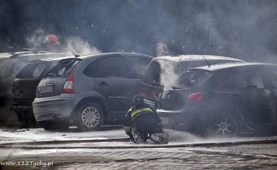 Sezon palenia traw rozpoczęty. Ogień podłożony na nieużytkach dotarł do parkingu i całkowicie strawił 6 samochodów, a 4 kolejne nadpalił.
