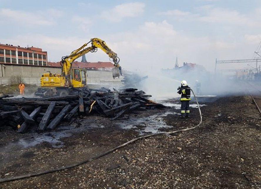 By chronić się przed trującymi wyziewami strażacy prowadzili akcję w aparatach tlenowych.