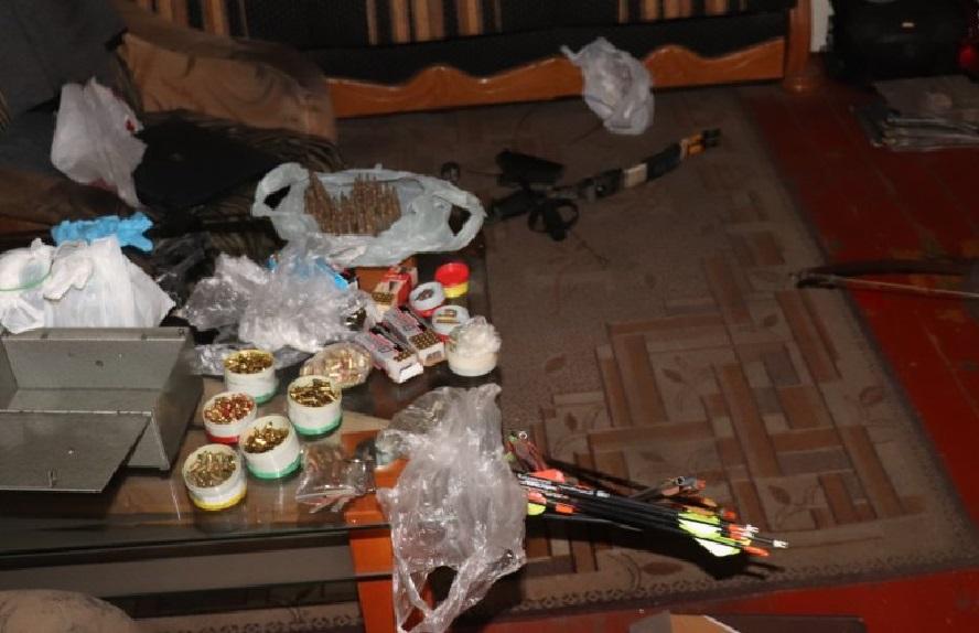 Lokatorzy nie mieli pojęcia, że mieszkają na beczce prochu. Ich sąsiad nie dość, że miał w mieszkaniu spory arsenał, to jeszcze w warunkach domowych wytwarzał amunicję.