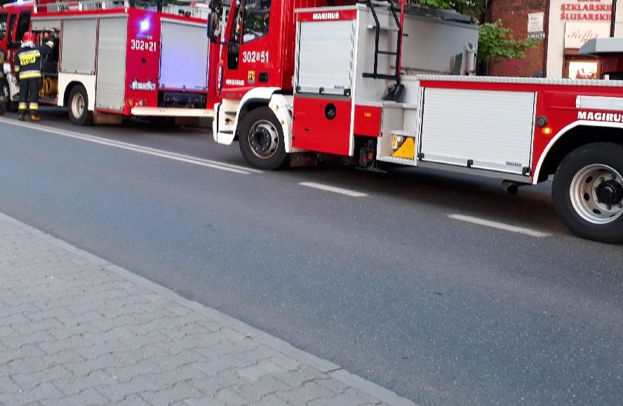 Zawalony strop. Ewakuacja mieszkańców kamienicy w Świętochłowicach. Strażacy przez kilka godzin odgruzowywali rumowisko poszukując tam ludzi.