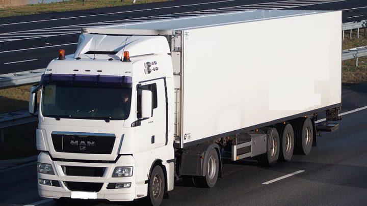 Kierowca tira z Katowic marzł na zagranicznym parkingu, nie mogąc wrócić do Polski. Wreszcie skończyły mu się zapasy żywności.