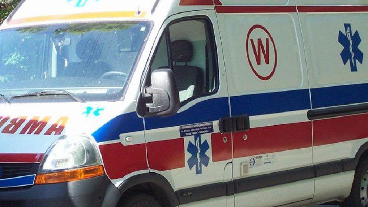 Kierowca samochodu zatrzymał się, aby przepuścić pieszą. W rezultacie ucierpiało jego auto a przechodząca przez ulicę kobieta trafiła do szpitala.