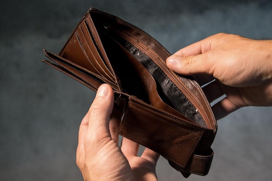 Idąc chodnikiem wyrzucał zawartość trzymanego w dłoniach portfela? Wariat?