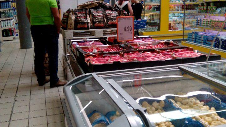 Miłośnicy serów. Sieć marketów ostrzega przed skażeniem dwóch z nich groźną toksyną. Kilkanaście osób trafiło do szpitali.