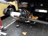 Niecodzienny wypadek w Katowicach. Skuter zaklinował się między tylną osią a zderzakiem.