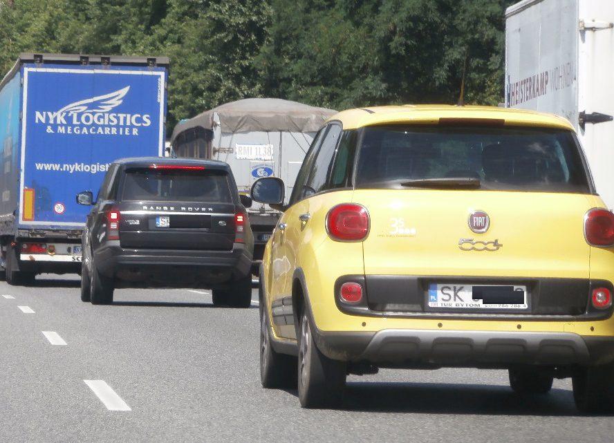 Z nieznanych przyczyn tir uderzył w bariery, przejechał na przeciwną stronę drogi i uderzył w samochód. Korek w kierunku Katowic ma już co najmniej 8 km długości i rośnie.