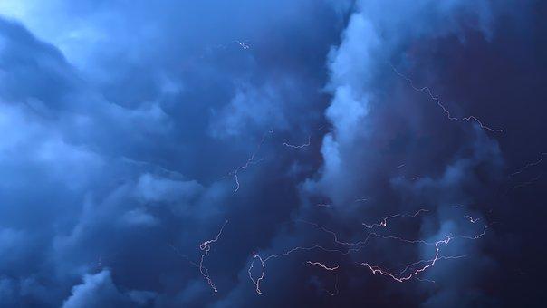 Ostrzeżenie pogodowe. Podano przewidywany czas występowania zagrożeń burzami, gwałtownymi opadami deszczu i silnym wiatrem.