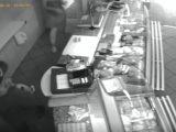 Kamery nagrały napad. Bandyta ścigał uciekającą ekspedientkę.