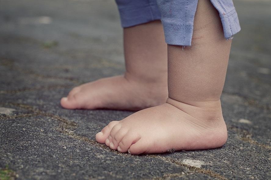 Bose półtoraroczne dziecko leżało na betonie w pobliżu Galerii Katowickiej. Komenda wojewódzka policji sprawdza, dlaczego funkcjonariusze zainteresowali się maleństwem dopiero po ponad godzinie.