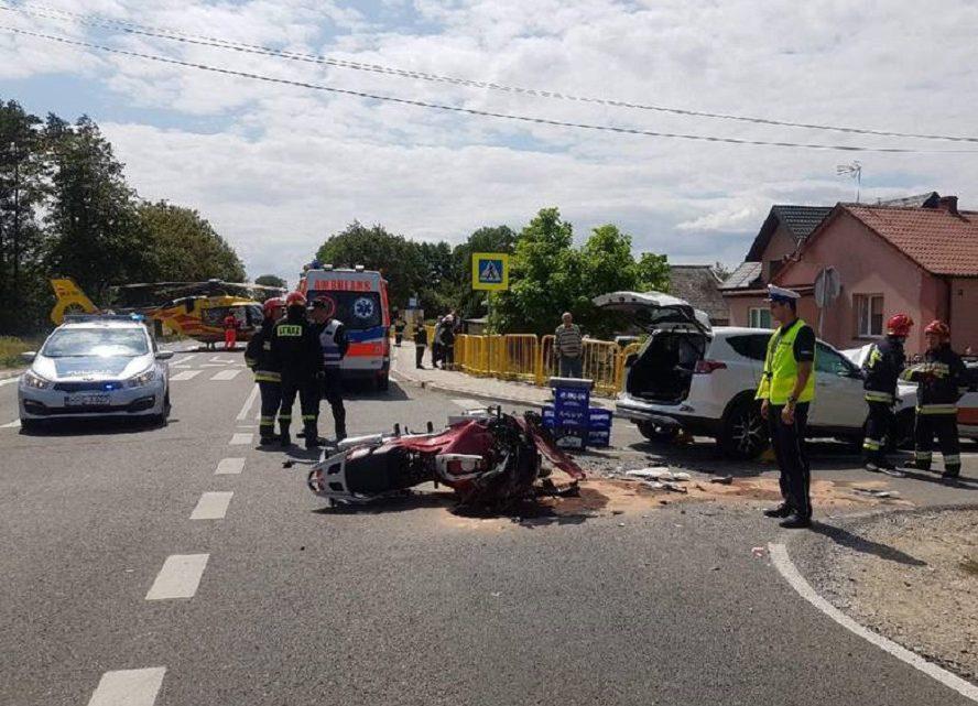 Na miejsce tragedii przyleciał helikopter. Ratownicy przez blisko godzinę reanimowali komendanta, usiłując ratować mu życie.