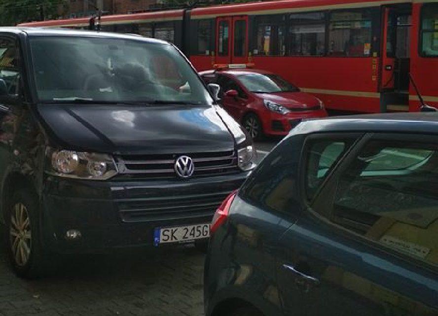 Koszmarny wypadek w centrum Katowic. Tramwaj najechał na głowę kobiety.