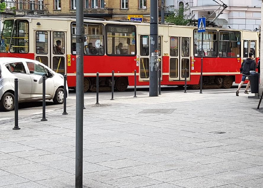 Trudno w to uwierzyć, ale tak rzeczywiście jest. Do przystanku tramwajowego, zamiast po przejściu, ludzie dochodzą po… torach.