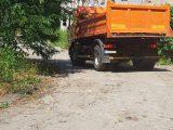 Odpady zebrane na ulicach jednego miasta są podrzucane do miasta sąsiedniego. Wiceprezydent tego pierwszego miasta donosicielem nazywa osobę, która ten proceder wykryła.