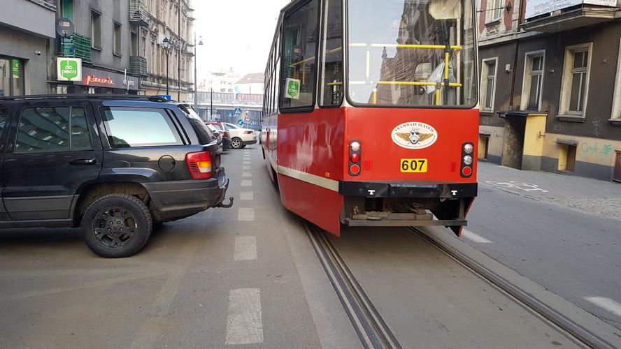 Dziś wchodzą w życie wielkie zmiany w organizacji ruchu pieszego i samochodowego w Katowicach. Wśród zmian objazd zamkniętego tunelu pod Rondem. A także unieruchomione linie komunikacji publicznej.
