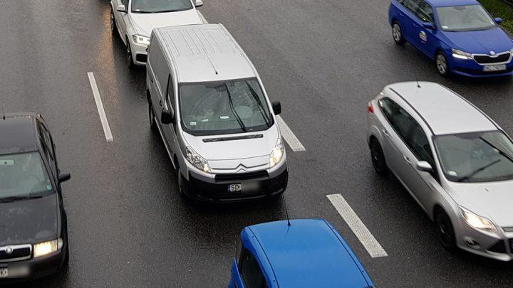 Ogromny korek. Ciągnie się przed dwa miasta. Droga od kilku godzin jest zablokowana z powodu kolejnych wypadków.