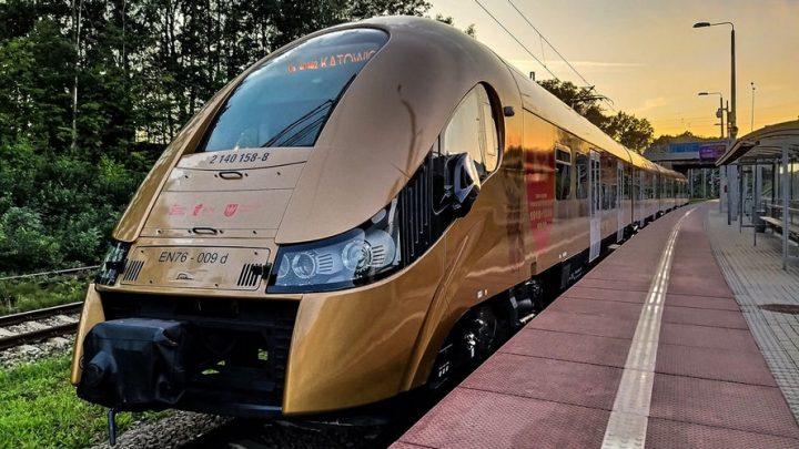 Od kilku dni pasażerowie Kolei Śląskich mają niepowtarzalną okazję podróżować złotym pociągiem.