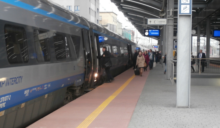 Koleje Śląskie nie za wszystko przepraszają. Wyjaśniają, że to nie ich wina. I tłumaczą, skąd problemy pasażerów z punktualnym dotarciem do celu podróży.