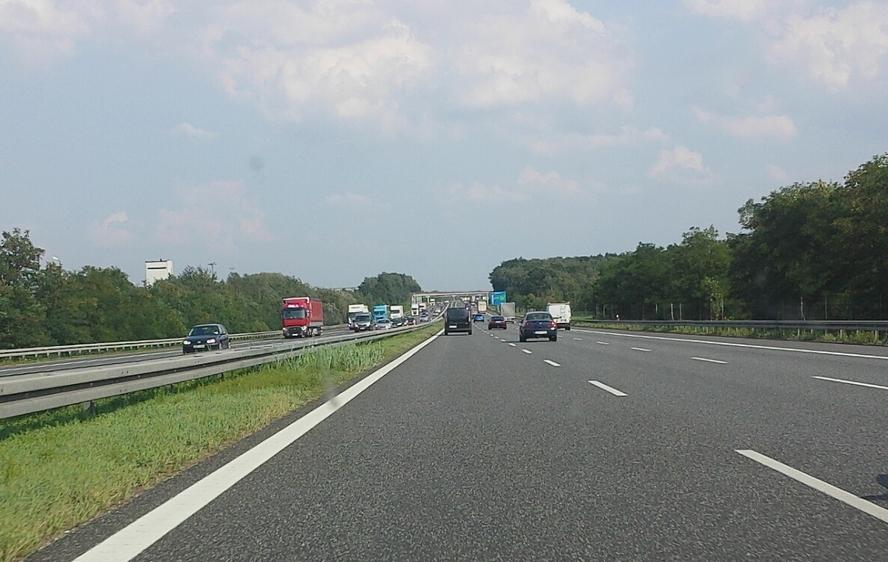 Poród na autostradzie! Kierowcy, mijający samochód z włączonymi światłami awaryjnymi, nie mieli pojęcia, że na poboczu drogi spełnia się najwspanialszy cud świata.