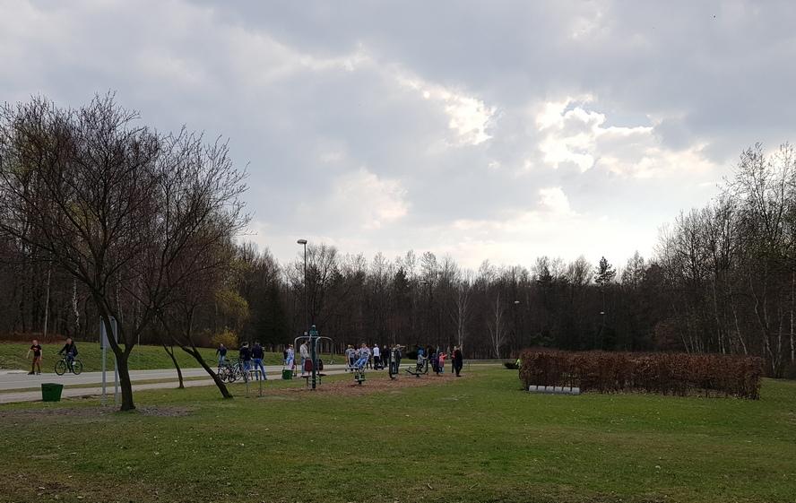 Polowanie wśród spacerowiczów z dziećmi. Tę niedzielę katowiczanka będzie długo wspominać. I cieszyć się, że jej kurtka miała kolor różowy.