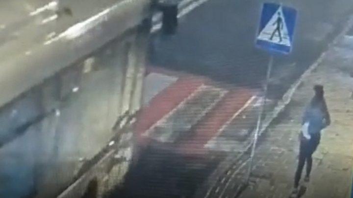 Policja opublikowała nagranie potrącenia 15-letniej dziewczyny przez dwa samochody osobowe. Ku przestrodze. Uwaga. Nagranie jest wstrząsające.