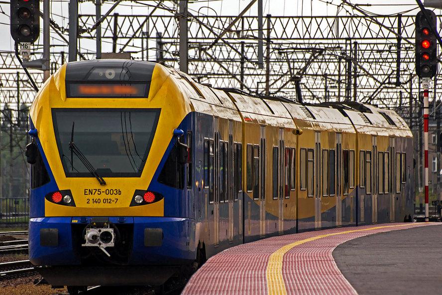 Kobieta weszła na tory, kiedy nadjeżdżał pociąg.