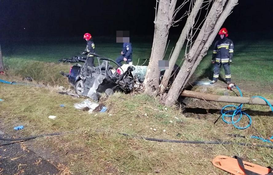 Samochód wypadł z drogi, uderzył w drzewo, następnie zaczął płonąć. We wnętrzu pozostawały zakleszczone dwie młode osoby. Ze względu na czyjąś nieprzemyślaną decyzję akcja ratownicza niestety była utrudniona.