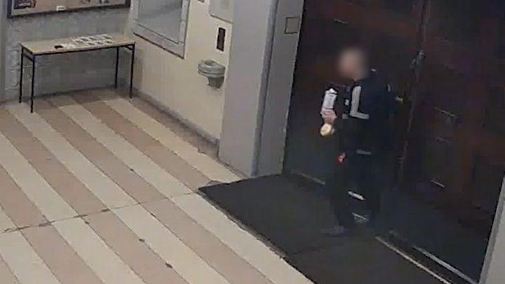 Co można ukraść w kościele? Kamera uchwyciła myszkującego złodzieja.
