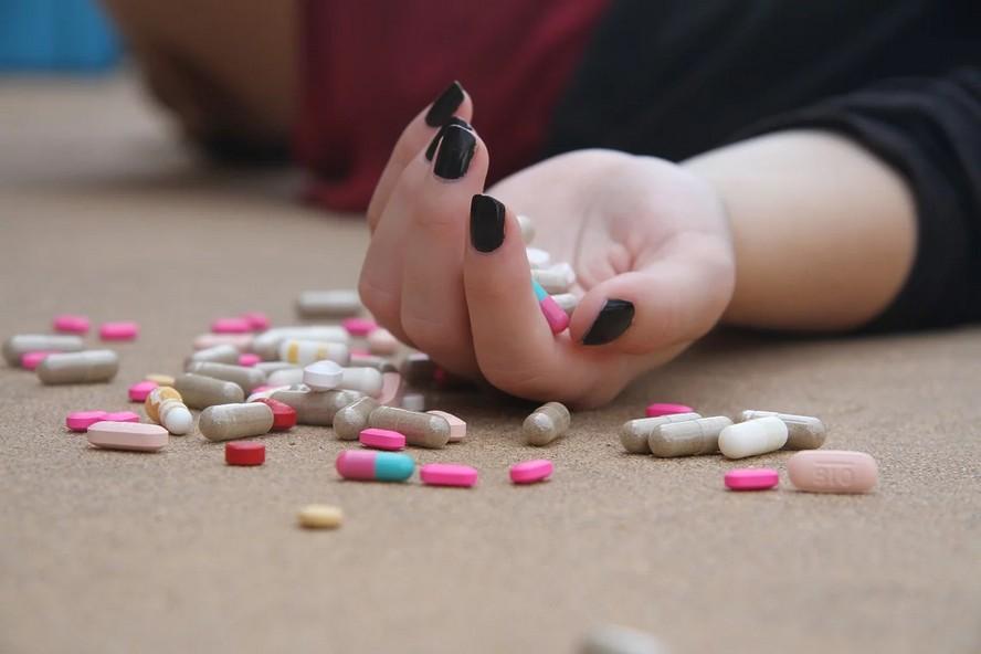 Córka oświadczyła matce, że zażyła śmiertelną porcję tabletek. Następnie wybiegła z mieszkania. Okazało się, że była to autentyczna próba samobójstwa.