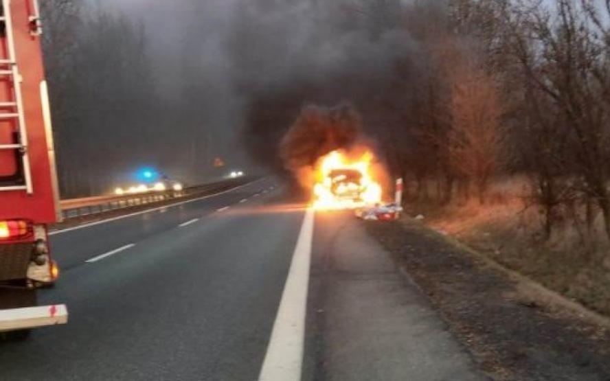 W ostatniej chwili odciągnęli człowieka od płonącego samochodu. Ratując czyjeś życie ryzykowali  swoim, gdyż sekundy później samochód eksplodował.