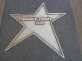 Gustlik, czyli Franciszek Pieczka. Naszym zdaniem największy polski aktor. Dziś życzmy mu już nie stu, lecz co najmniej 180 lat w zdrowiu i pogodzie ducha.