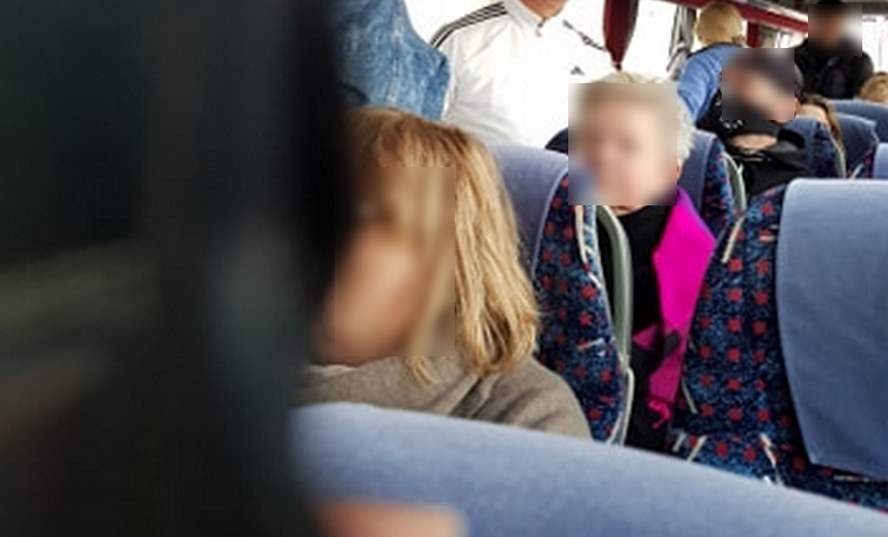 Niepokój wśród pasażerów wracających z Niemiec, którzy dowiedzieli się, że w Gliwicach mają się przesiąść do jednego autokaru z pasażerami z Mediolanu. Prezes firmy turystycznej uspokaja.