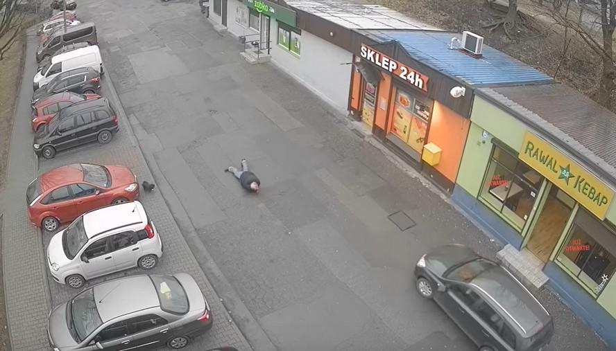 Film, na którym widać jak samochód uderza w pieszego z psem, obejrzało już niemal 25 tys. osób. Niektóre kibicują… kierowcy.