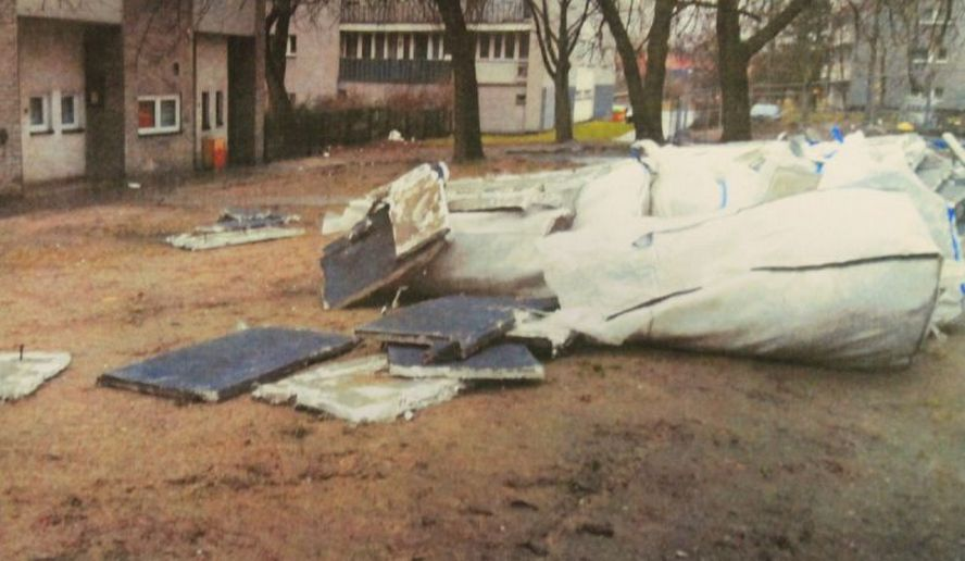 Rozrzucane przez wiatr odpady zaśmieciły nawet teren pobliskiego przedszkola w Katowicach. Konieczna była interwencja, by firma po sobie posprzątała.