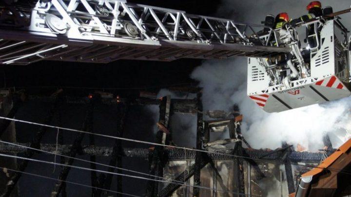 Kamienice zostały podpalone (zdjęcia z akcji gaśniczej). W zabezpieczeniu mienia kilkudziesięciu pogorzelców uczestniczyli również policjanci z Katowic.