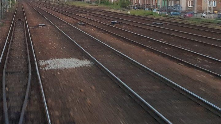 Połamane drzewa zatarasowały ważną drogę kolejową z/do Katowic.