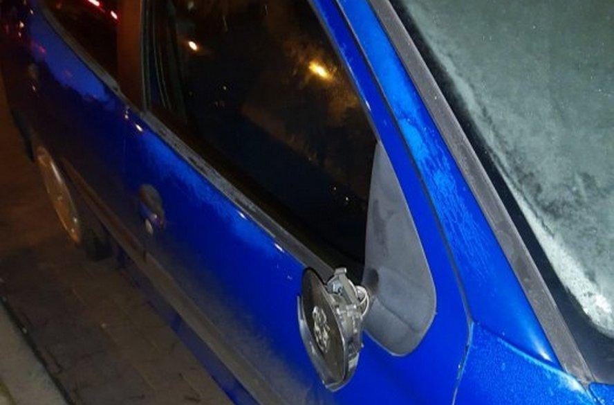 """Agresywny chuligan niszczył samochody zaparkowane przy jednej z ulic w Katowicach. W ten sposób popisywał się przed towarzyszącą mu """"damą""""."""