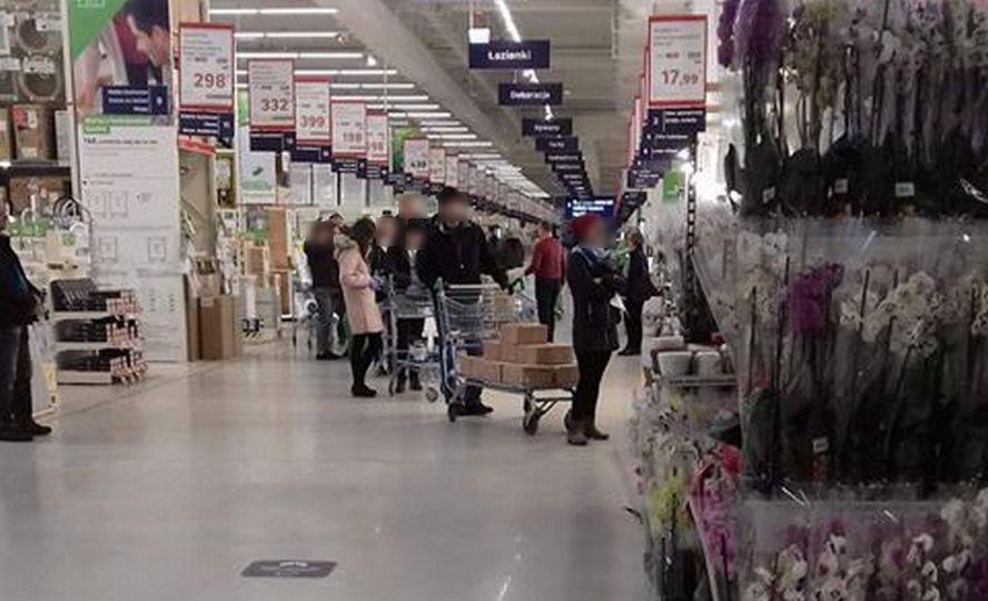 Szturm klientów na market budowlany w Katowicach. Przed nawałem miłośników koronashopingu sklep trzeba było zamykać.