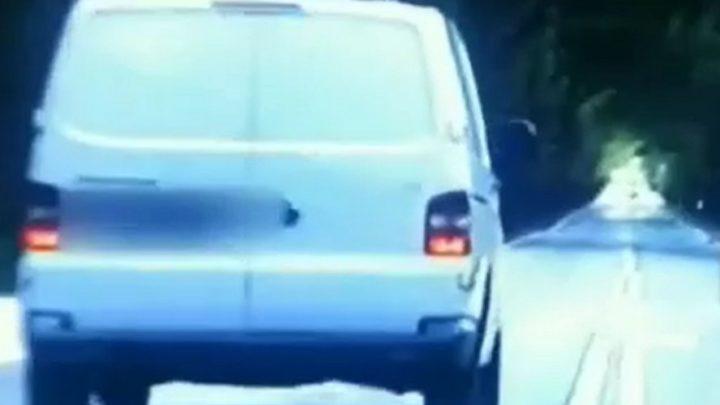 Na podwójnej ciągłej i na pasach wyprzedzał policyjny radiowóz. (Nagranie).