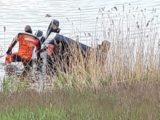 Rowerzysta zauważył wystający z wody dach samochodu. Renault megane zatonął około dwudziestu metrów od brzegu – wewnątrz znajdował się kierowca.