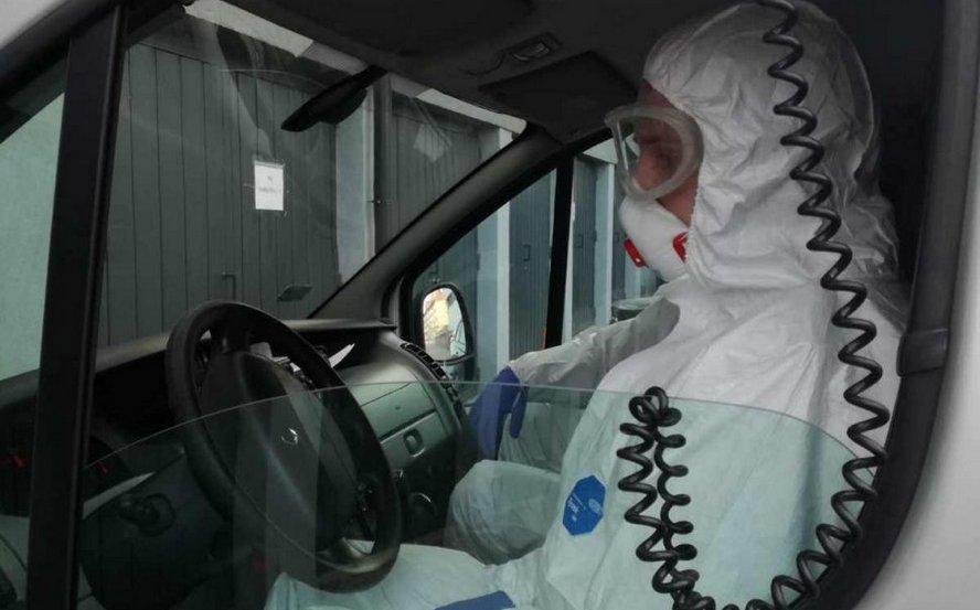Chory na COVID-19 spowodował zagrożenie epidemiologiczne dla wielu osób. Został aresztowany.