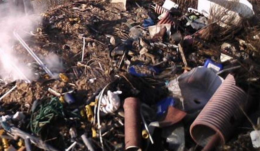 Na nagraniu widać jak sobie poczynają śmieciarze. Jest na to tylko jedno słowo: draństwo.
