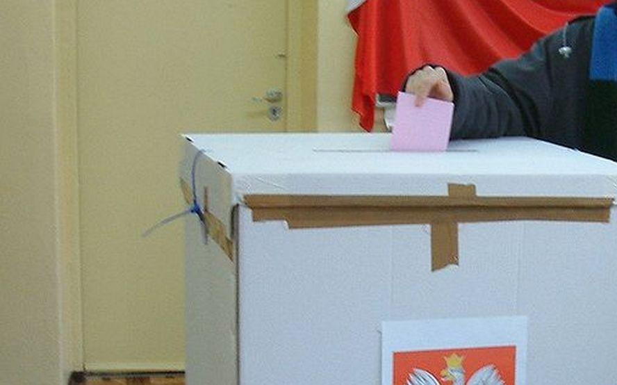 Członka komisji wyborczej przyłapano jak dopisywał krzyżyki przy nazwisku jednego z kandydatów. Pozostali członkowie komisji wezwali policję.