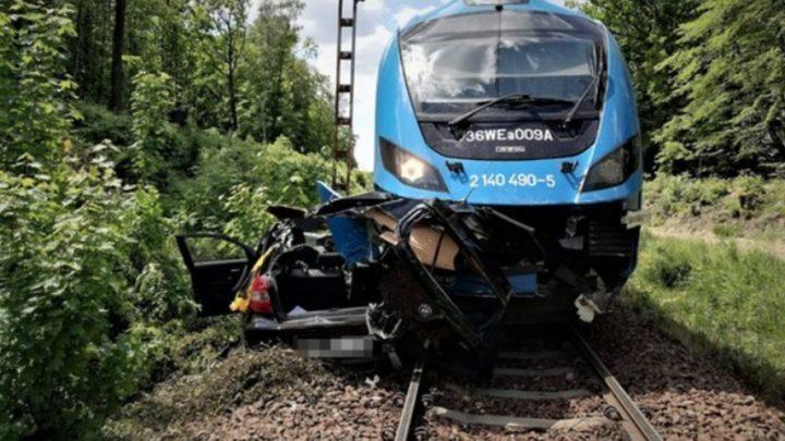 Straszny wypadek na przejeździe kolejowym. Pociąg Kolei Śląskich uderzył w samochód osobowy i pchał go przez kilkadziesiąt metrów.