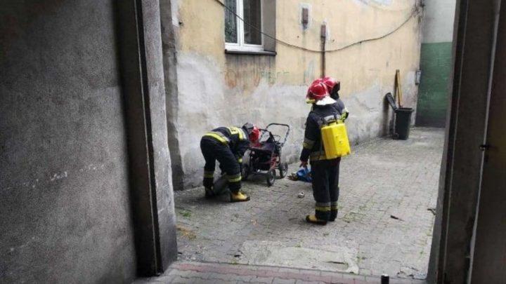 Katowice: Człowieka zaniepokoiła intensywna woń gazu i głośne uderzenia. Skrajna głupota mogła doprowadzić do eksplozji i katastrofy.